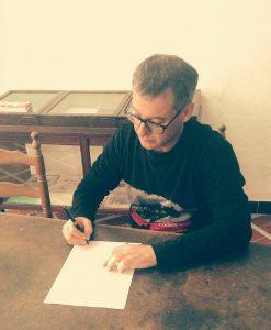 El candidat a l'Alcaldia signant el manifest